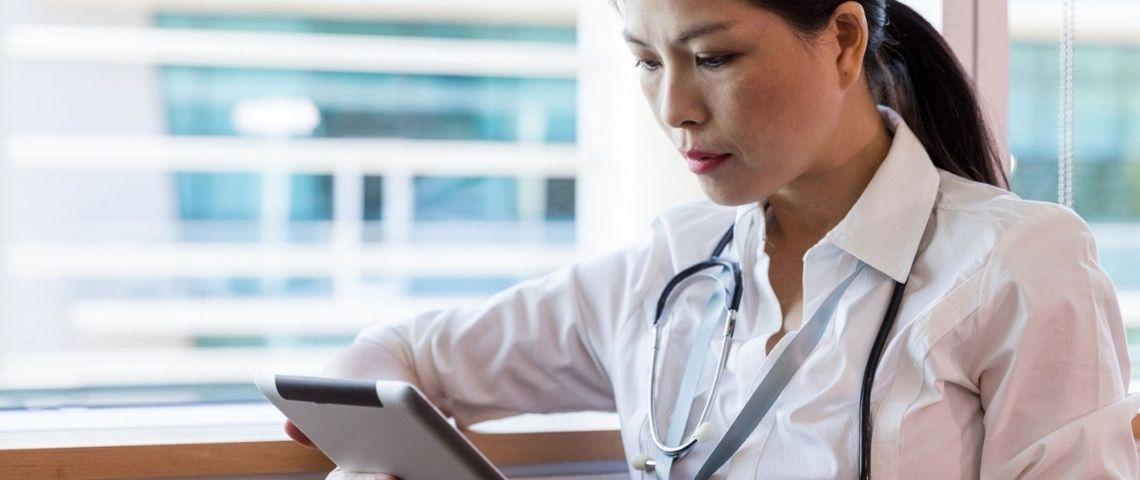 Femme médecin devant une tablette