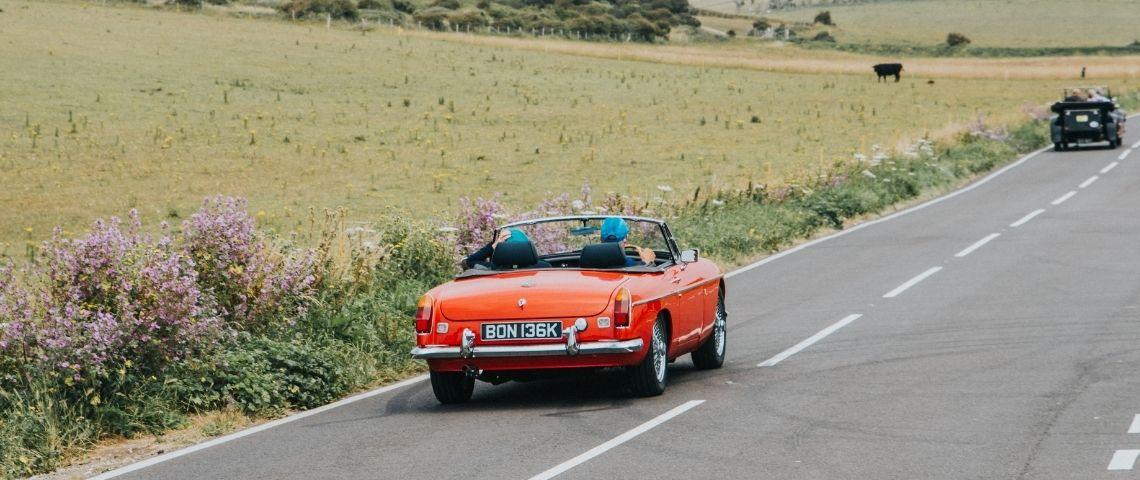 Un voiture rouge décapotable sur la route