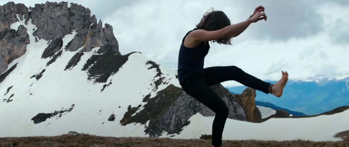 une femme danse dans la montagne