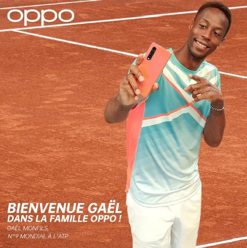 Gaëlle Monfils en trai nde faire un selfi avec un portable Oppo
