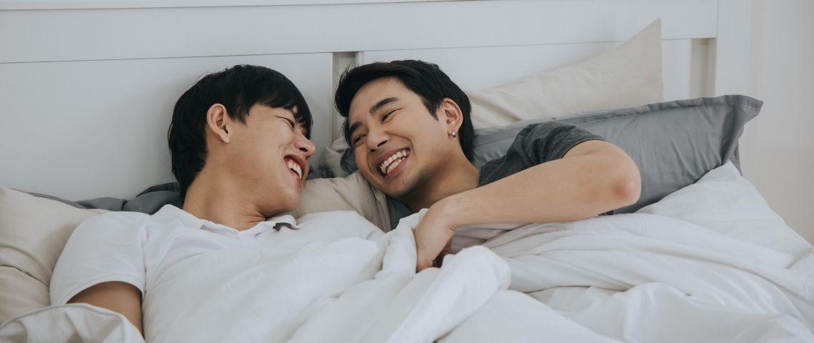 Deux hommes asiatiques dans un lit