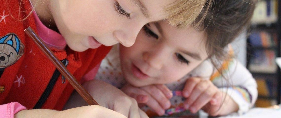 enfants en train d'écrire