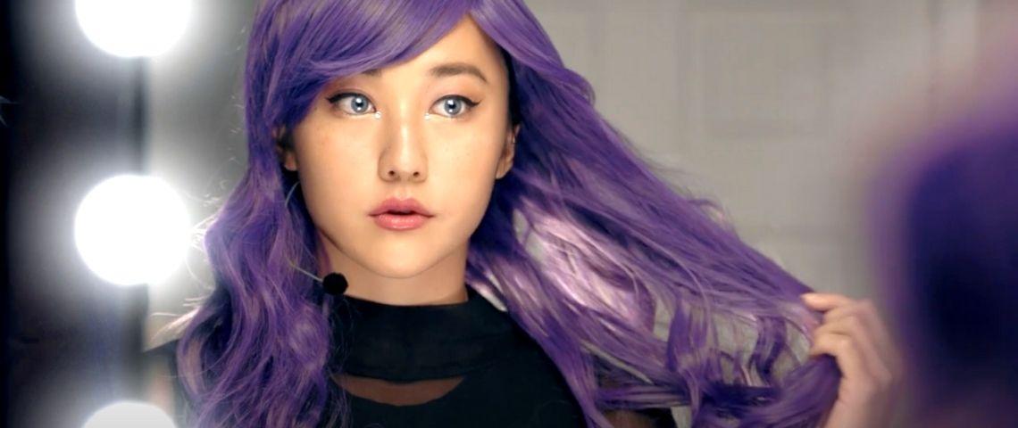 jeune fille aux cheveux violets