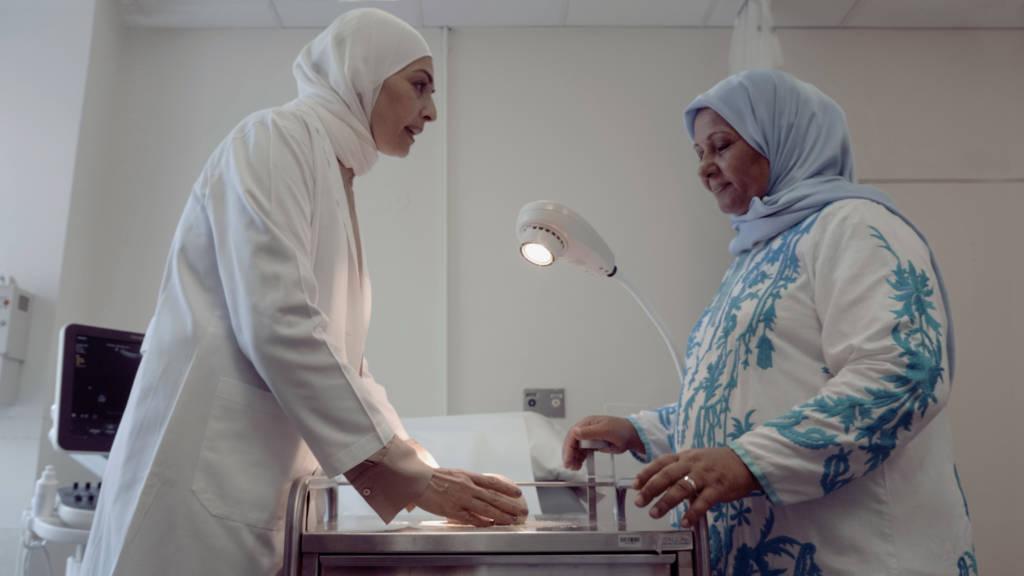 Um Ali, la boulangère célèbre au liban en formation avec un médecin