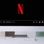 Un écran d'ordinateur avec le logo de Netflix