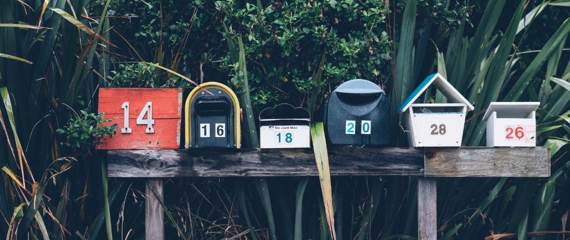 une rangée de boite au lettres