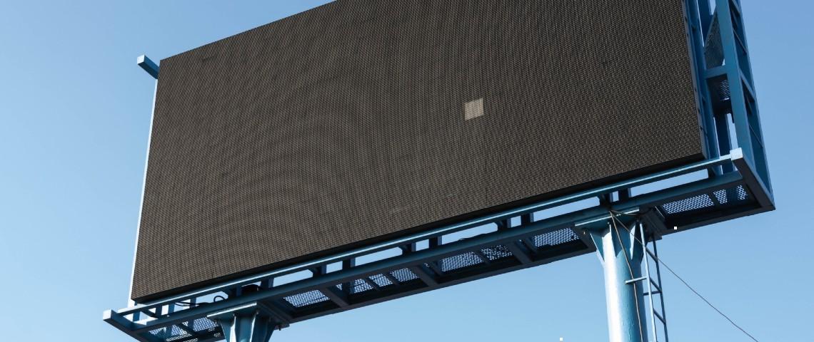Un panneau publicitaire géant noir, ne fonctionne pas