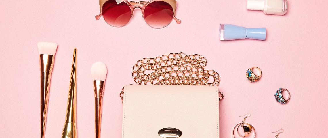 présentation d'accessoire de mode sur fond rose