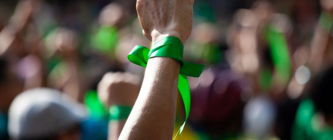 Manufestant avec un ruban vert au poignet
