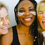 Trois femmes avec des masques pour la peau