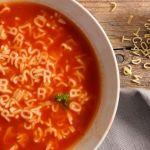 Un bol de soupe avec des pâtes alphabet