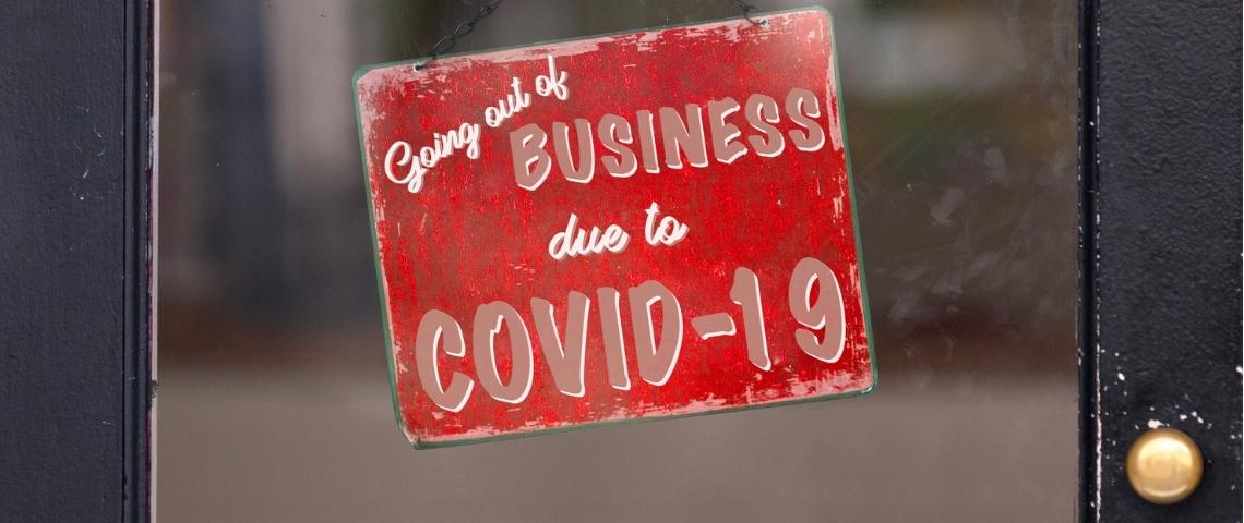 Une pancarte indiquant qu'un commerce a fait faillite à cause du Covid-19