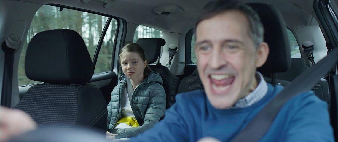 Papa chantant en voiture sous le regard dépité de sa fille