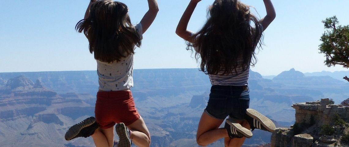 Jeunes filles sautant en l'air