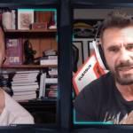 un homme et une fille devant leurs webcams.
