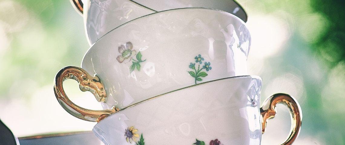 Des tasses en porcelaine empilées