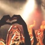 Foule dans un festival faisant un coeur avec leurs mains