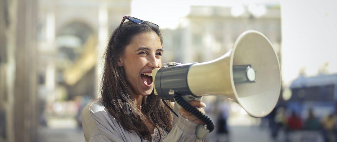 Jeune femme tenant un mégaphone