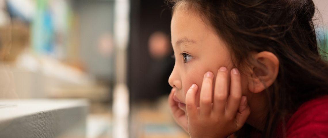 Petite fille qui regarde quelque chose