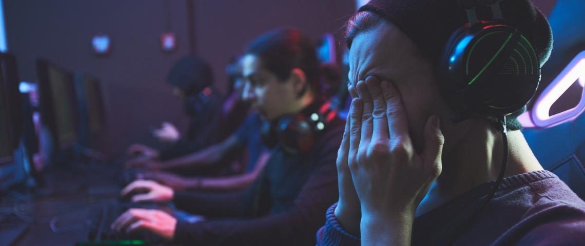 Des streameurs de jeu vidéo fatigués, dont l'un se frottant les yeux