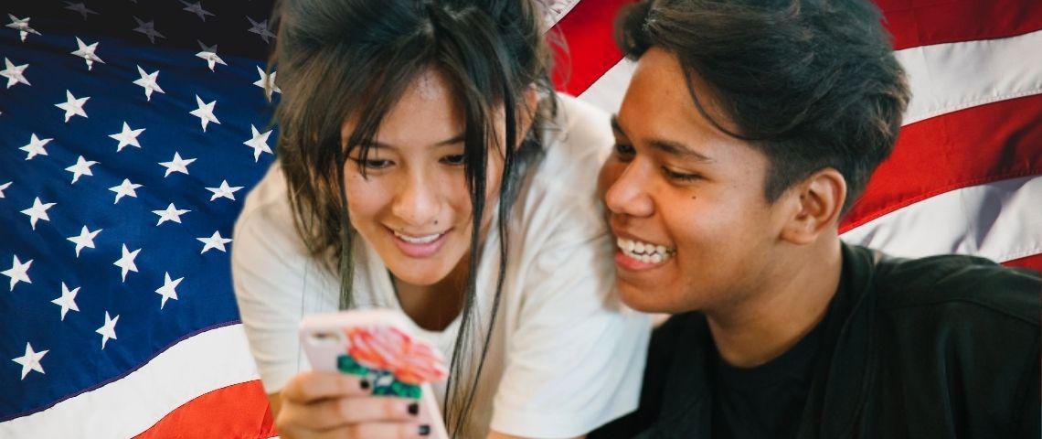 Deux ados qui regardent leur téléphone