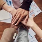 Mains illustrant la solidarité