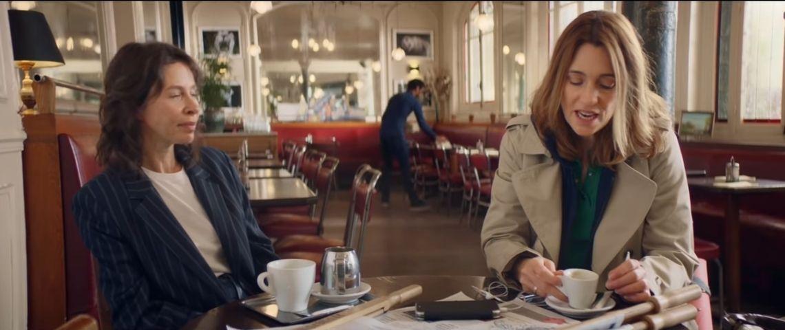 Capture de la campagne : 2 femmes assises à la table d'un café