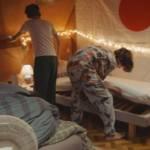 Jeunes enfants cherchant quelque chose sous un lit