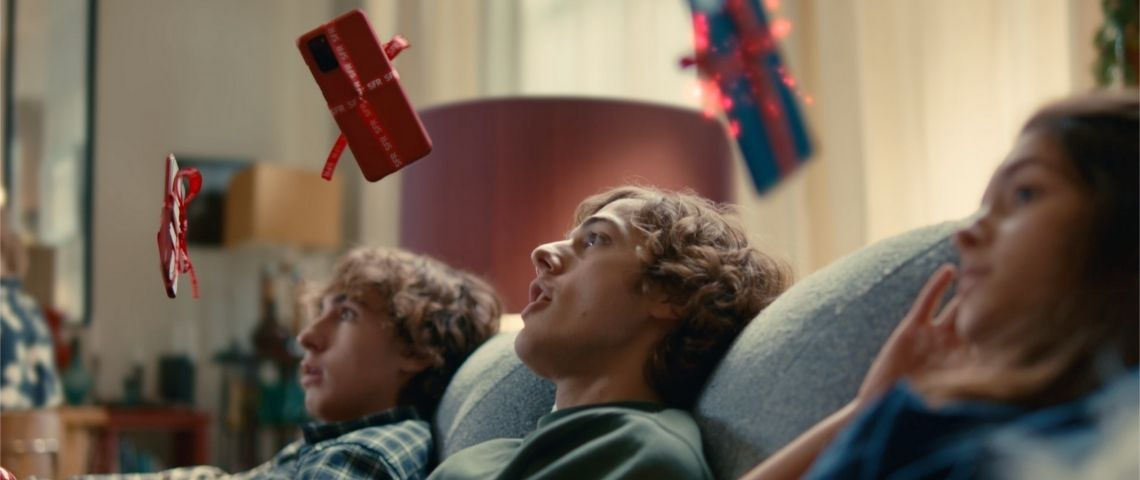3 jeunes garçons assis dans un canapé