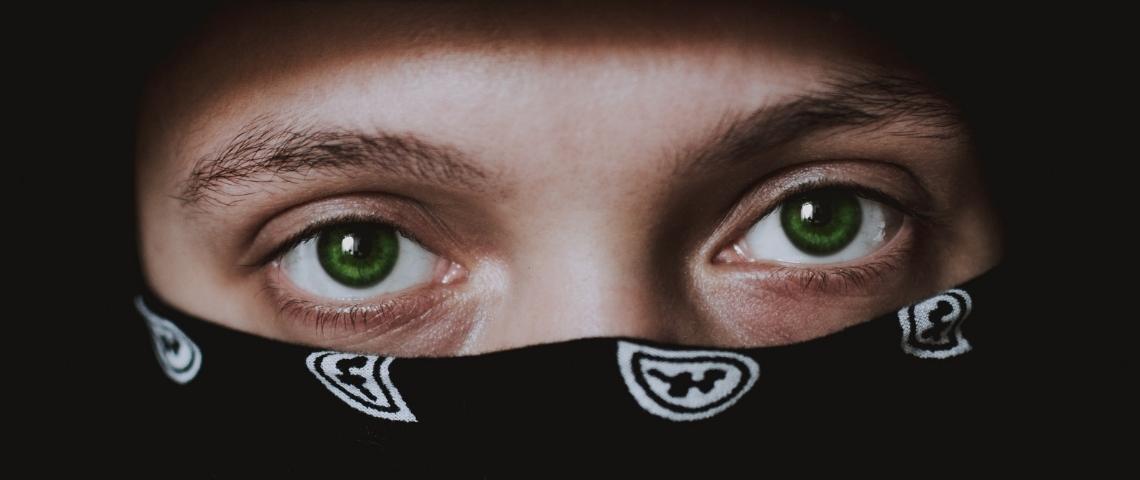 Un homme portant un bandana sur le visage en gros plan