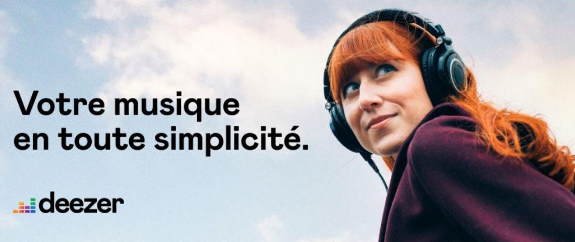 Jeune femme rousse avec un casque sur les oreilles