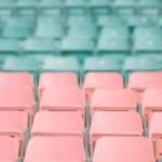Un siège rose et vert vides