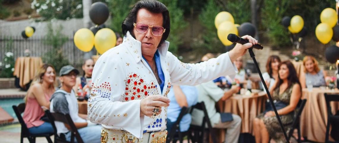 Sosie raté d'Elvis Presley chante à un micro