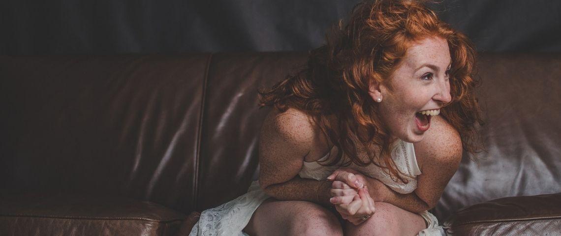 Jeune femme, en robe de marié, manifestant sa joie
