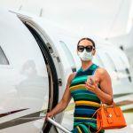 Une femme chic entre dans un jet privé