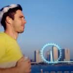 un homme fait son footing avec un voile de marié