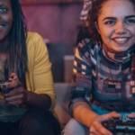 Deux femmes qui jouent à la console de jeux video