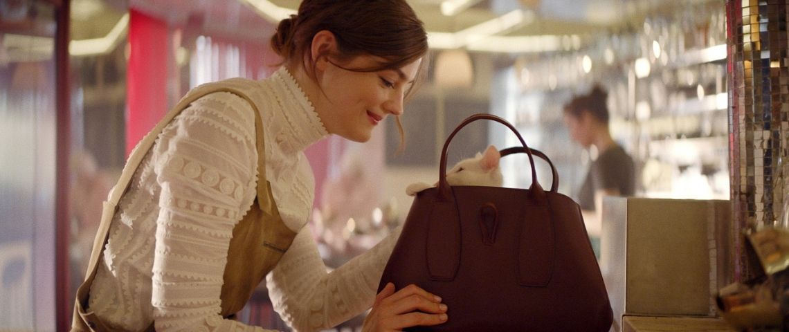 Jeune fille avec un sac Longchamp duquel sort la tête d'un chaton