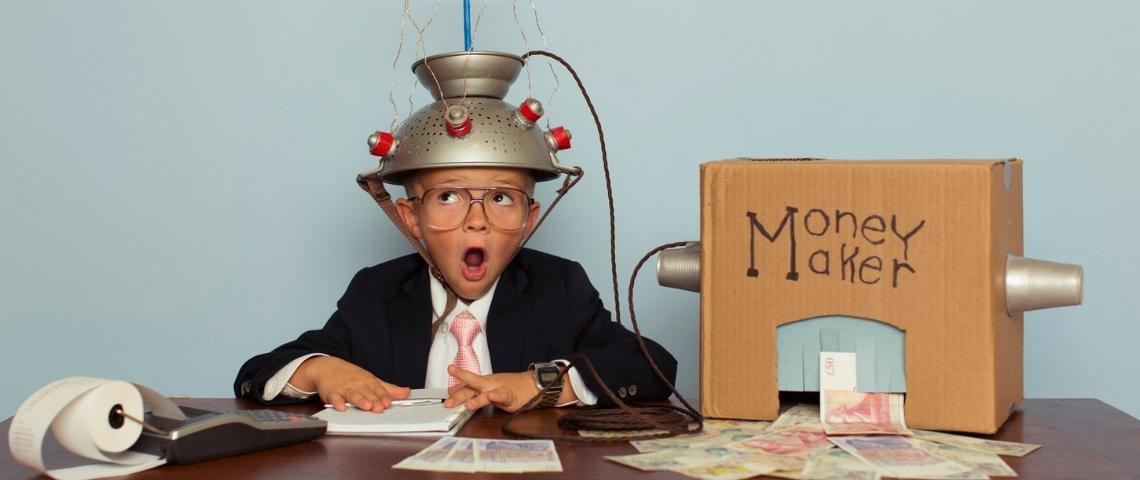 un enfant avec casque qui est relié à une boite en carton