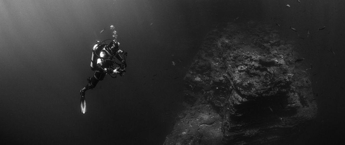 Plongeur photographiant des fonds marins