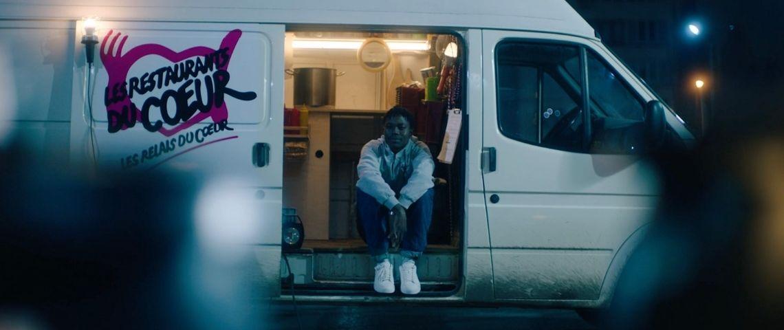 jeune fille dans un camion des restos du coeur