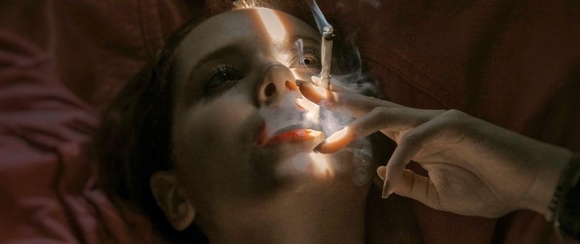 Une femme qui fume une cigarette