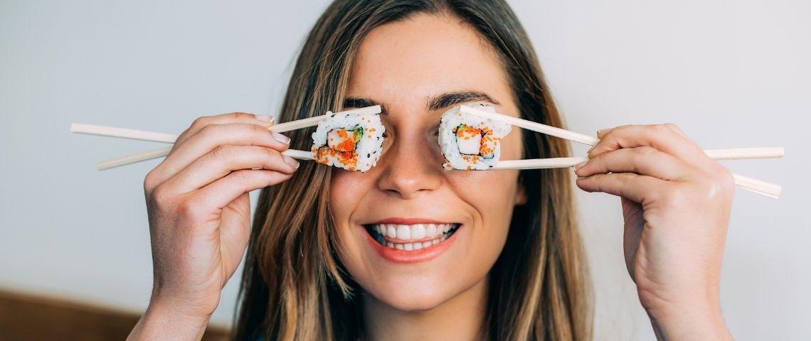 Une femme avec des sushis à la place des yeux