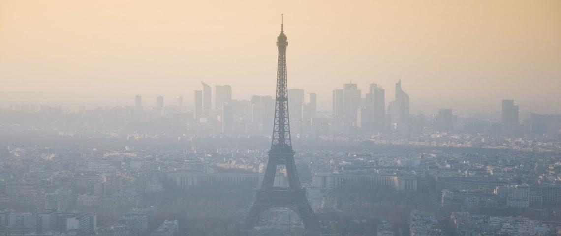 La Tour Eiffel dans un nuage de pollution