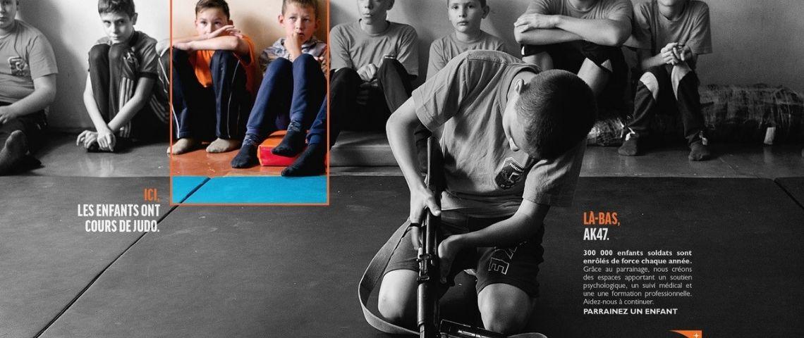 Visuels présentant des enfants en cours de judo, tandis qu'un enfant au 1er plan, apprend à monter un AK 47