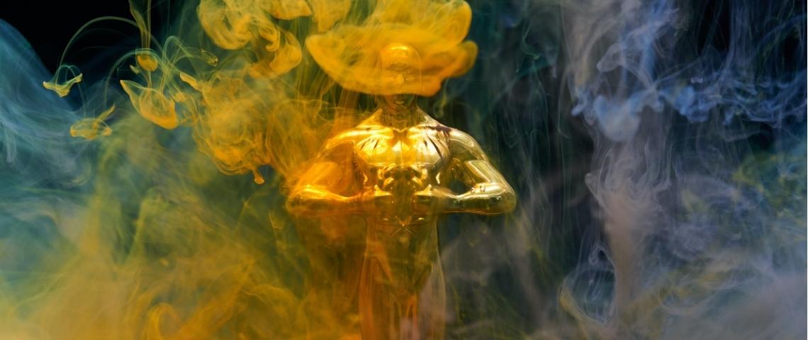 Une statue des Césars derrière un écran de fumée