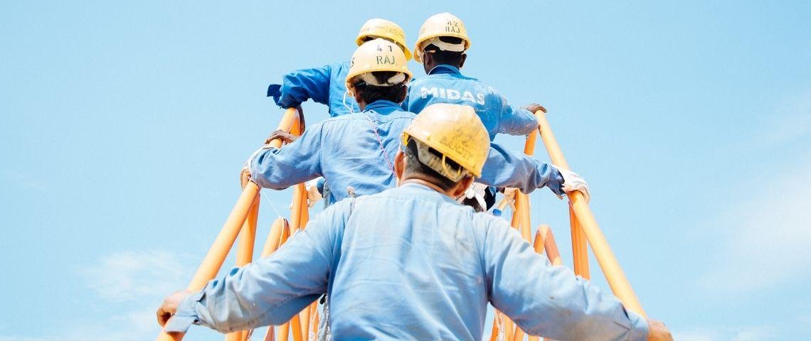 Des ouvriers sur une passerelle