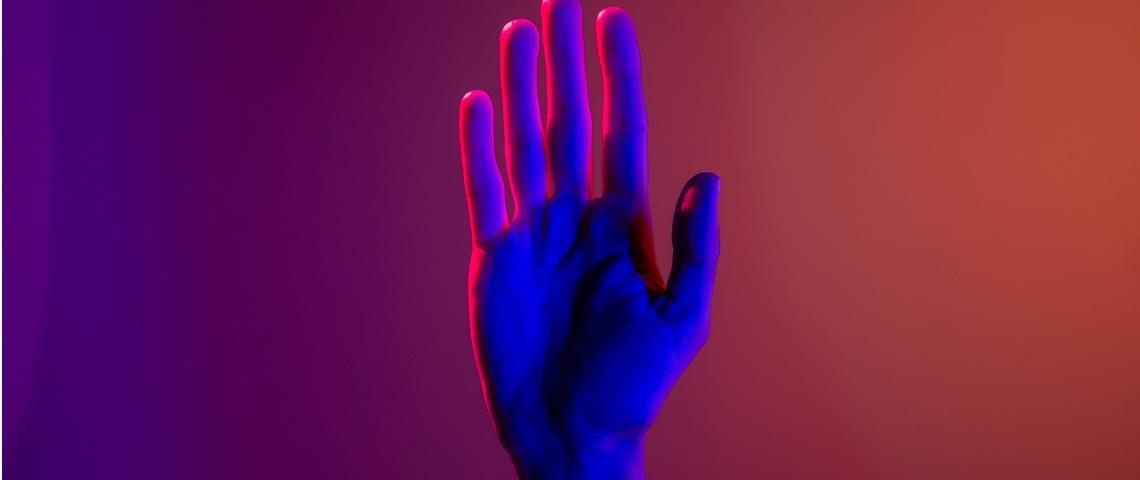 Une main néon