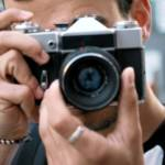 jeune homme prenant une photo