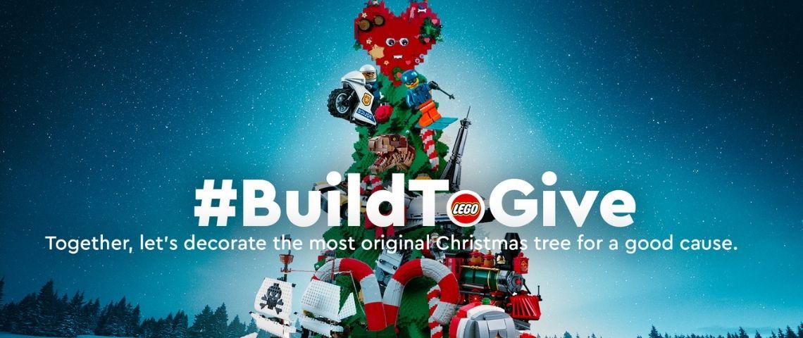 Sapin de noel en arrière plan avec le hashtag : Build to give